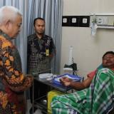 Wabup Malang HM Sanusi saat melihat pasien di RSUD Kanjuruhan,  Kepanjen, untuk melihat pelayanan kesehatan (Humas for MalangTIMES)