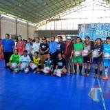 Wali Kota Malang, Sutiaji (tengah dan kenakan topi hitam serta kacamata) saat hadir di gelaran Futsal Putri Piala Haris Thofly 2018 (Hendra/MalangTIMES).