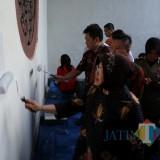 Wali Kota Risma ketika mengecat salah satu bangunan kuno di Surabaya Utara