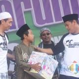 Wali Kota Kediri Abdullah Abu Bakar memberikan hadiah kepada salah satu peserta jalan santai (ist)