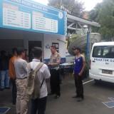 Petugas satpas SIM saat memberikan instruksi sebelum pembuatan SIM. (Anggara Sudiongko/MalangTIMES)