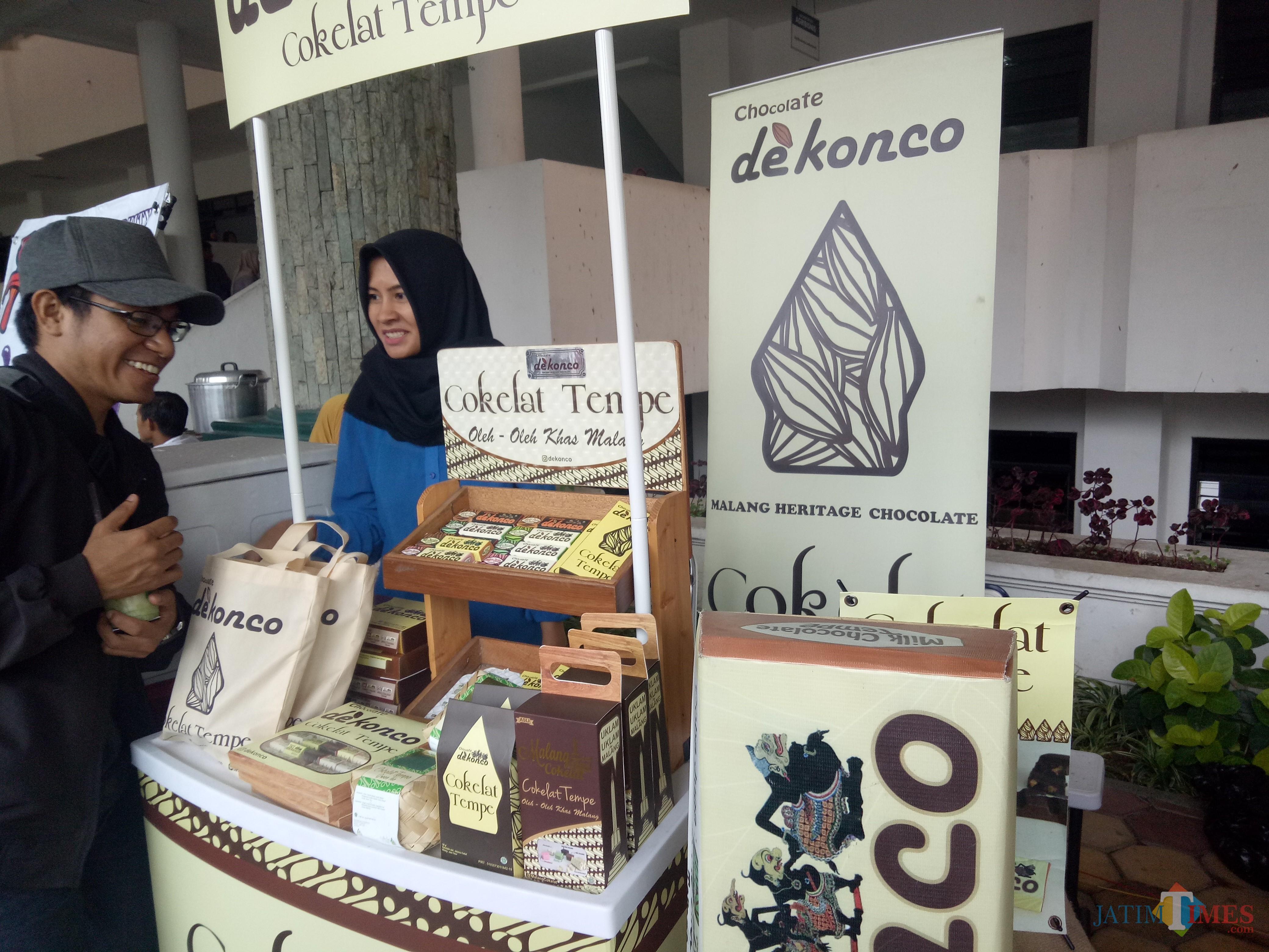Salah satu produk yang dipamerkan di Bazaar Wisata Halal di UMM (foto: Imarotul Izzah/Malang Times)