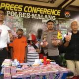 Tiga orang tersangka jaringan penipuan berkedok paranormal pengandaan uang, saat sesi rilis di Polres Malang, Kabupaten Malang (Foto : Ashaq Lupito / MalangTIMES)