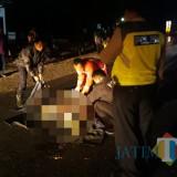 Petugas kepolisian saat mengevakuasi korban kecelakaan di Kecamatan Sumberpucung (Dokumen MalangTIMES)