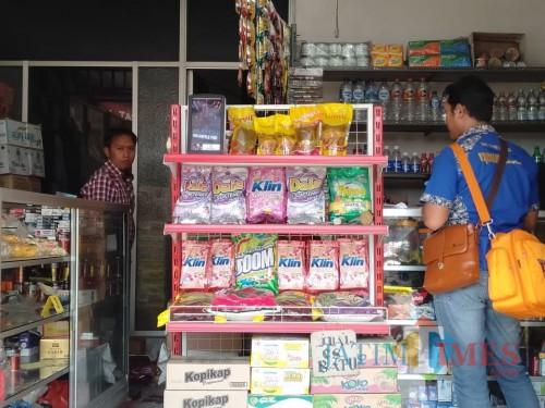 Petugas kepolisian Polres Malang, saat melakukan olah tempat kejadian perkara di toko milik Dullah. (Foto : Dokumen MalangTIMES)