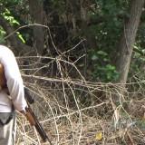 Salah satu pemburu kera saat nyangging (Agus Salam/Jatim TIMES)
