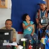 Salah seorang penyandang difabel di Resapombo mengikuti perekaman e-KTP.(Foto : Team BlitarTIMES)
