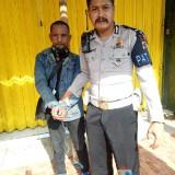 Sugeng Prayitno, pelaku pencurian tas di Kecamatan Pakisaji, saat diamankan anggota Satlantas Polres Malang. (Foto : Dokumen MalnagTIMES)