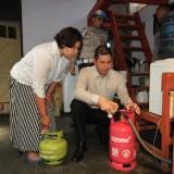 Kapolresta AKBP Alfian Nurrizal saat mengganti tabung gas di rumah anggotanya  (Agus Salam/Jatim TIMES)