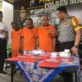 Tiga tersangka judi botoh saat sesi rilis di Polres Malang. (Foto : Ashaq Lupito / MalangTIMES)