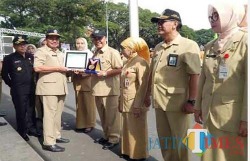Kepala DPUPR kota malang, Ir Hadi Santoso ketika menerima penghargaan