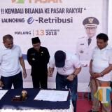 Launching e-retribusi di Pasar Besar Kota Malang yang dihadiri Wali Kota Malang Sutiaji (tengah), Selasa (23/11/2018). (Pipit Anggraeni/MalangTIMES).