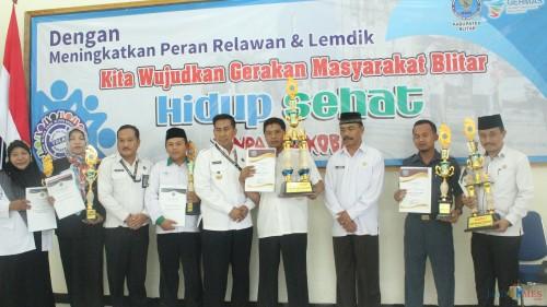 Pemberian penghargaan kepada relawan dan sekolah oleh kepala BNN Kab Blitar.(Foto : Aunur Rofiq/BlitarTIMES)