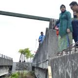 Petugas KPK M. Najib saat melihat proyek pembangunan Jembatan Merr Surabaya