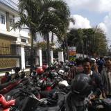 Saking banyaknya , halaman kejaksaan Negeri Tulungagung tak mampu tampung parkir. / Foto : Anang Basso / Tulungagung TIMES