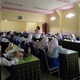 Kasi Tertib Niaga Disdag Kota Malang, Nuh Putu Eka Wulatari saat melakukan sosialisasi kepada para pelajar (Anggara Sudiongko/MalangTIMES)