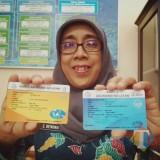 Kepala Dinas Kelautan dan Perikanan (DKP) Kabupaten Malang, Endang Retnowati saat menunjukkan kartu asuransi (Foto : Dokumen MalangTIMES)