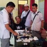Pelaku (kaus hitam) bersama barang bukti saat berada di ruangan Satnarkoba Polres Situbondo. (Foto Heru Hartanto/Situbondo TIMES)
