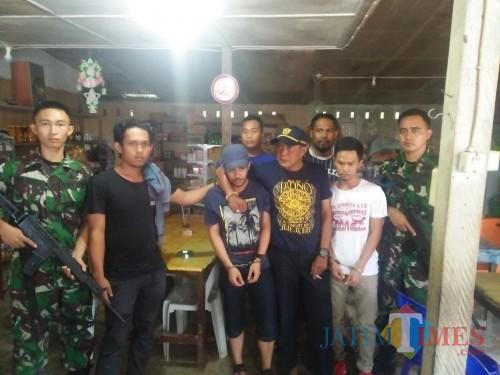 Satgas Pamtas Yonif 511/DY bersama kepolisian mengamankan pengedar sabu di perbatasa.
