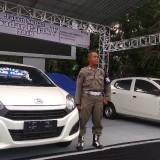 Petugas tampak menjaga panggung display hadiah kegiatan Gebyar Jalan Sehat Sadar Pajak Arema V 2018 di halaman Balai Kota Malang. (Foto: Nurlayla Ratri/MalangTIMES)