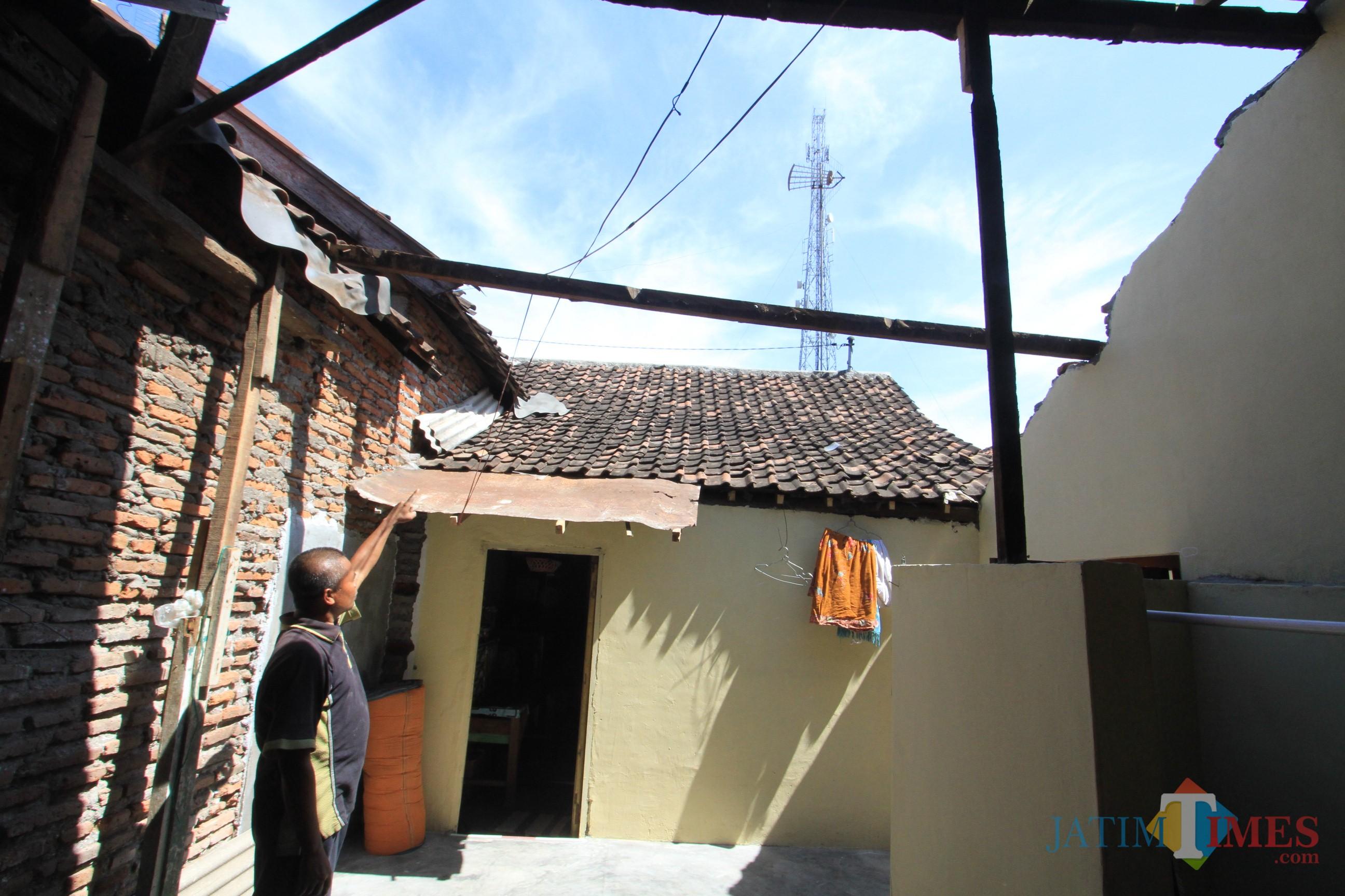 Seneri menunjuk rumah yang tidak ada atapnya karena ditinggal penggerapnya  (Agus Salam/Jatim TIMES)