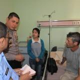 Boris Osmanov, saat dikunjungi petugas dari Kantor Imigrasi Malang dan kapolresta di ruang Kemuning RSUD dr Muhammad Saleh (Agus Salam/JatimTIMES)