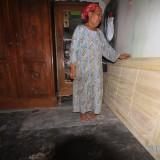 Rumiyati menunjukkan daun pintu yang sudah tiba di rumahnya, namun belum dipasang  (Agus Salam/Jatim TIMES)