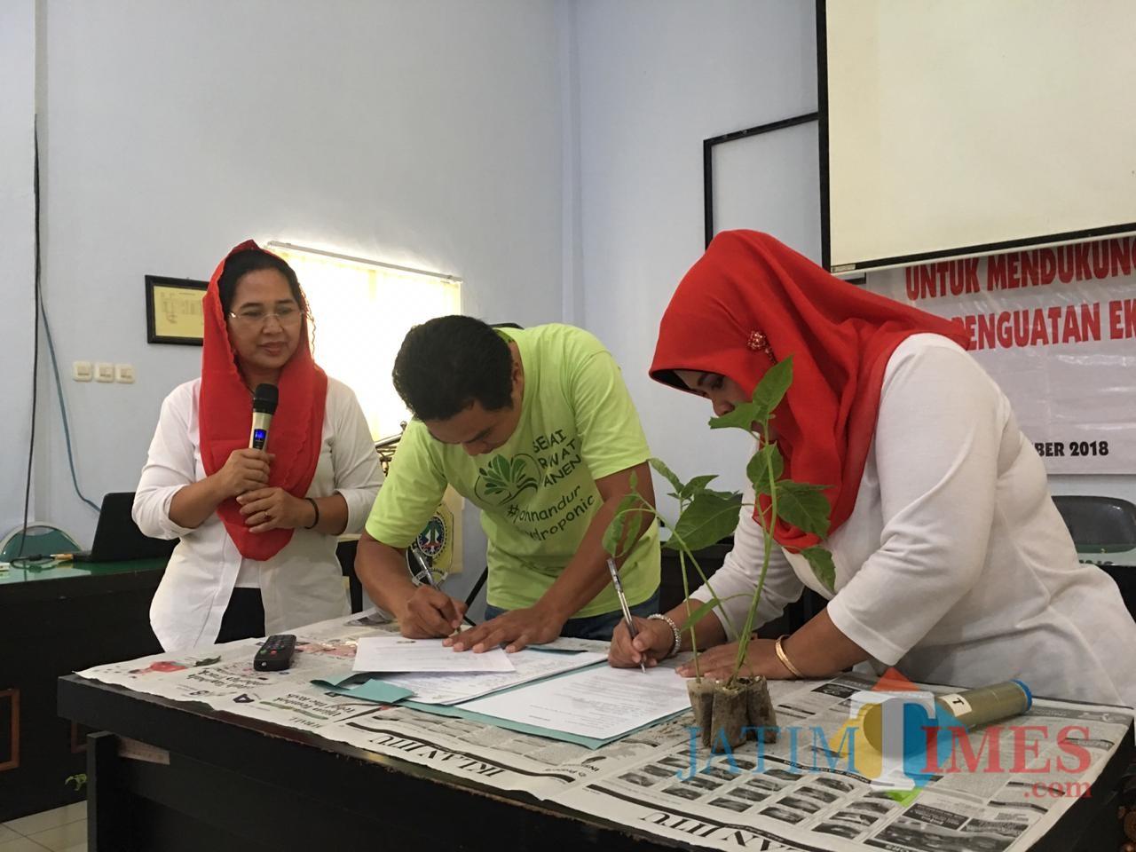 Acara penandatanganan kerjasama Rampak Sarinah dan Koperasi Hidroponik Tulungagung / Foto : Mbak Eva / Tulungagung TIMES