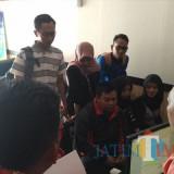 Para mahasiswa melaporkan  Callendo Wisata dan Travel yang dianggap melakukan penipuan. / Foto : Anang Basso / Tulungagung TIMES