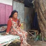 Bu Suni asal Tanggul Jember yang sudah dua tahun menghuni banguan liar di Jalan Gubernur Suryo (Foto : Moch. R. Abdul Fatah / Jatim TIMES)