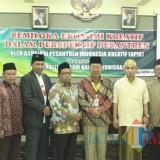 Rektor dan jajaran Wakil Rektor Unisba Blitar bersama pengurus APIK.(Foto : Aunur Rofiq/BlitarTIMES)
