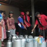 Sejumlah warga Desa Galengdowo terlihat sedang menyetorkan susu di pos penampungan susu milik BUMDes Lohjinawi Galengdowo. (Foto : Adi Rosul / JombangTIMES)