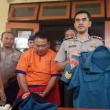 Kapolres Banyuwangi AKBP Taufik Herdiansyah Zeinardi bersama anggota Pomal Lanal Banyuwangi menunjukkan tersangka dan Baju dinas AL yang digunakan tersangka.