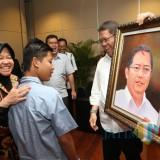 Menkominfo Rudiantara ketika mendapatkan hadiah lukisan dari anak ABK
