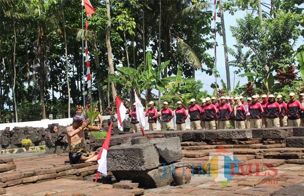 Pagelaran teaterikal menyambut peserta Kirab Pemuda Nusantara Tahun 2017 di Candi Simping. Nampak seorang pemain teater memanjatkan doa di pusara perabuan Raden Wijaya. (Foto: Aunur Rofiq/ BlitarTIMES)