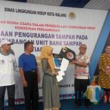 Perwakilan Kementerian Lingkungan Hidup dan Kehutanan (KLHK), Ujang Solihin Sidik (berkacamata) saat memberikan bantuan motor secara simbolis kepada BSM Malang (Anggara Sudiongko/MalangTIMES)