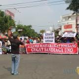 Korlap aksi M. Jali berorasi di hadapan massa aksi di Taman Ringin Contong Jombang. (Foto : Adi Rosul / JombangTIMES)