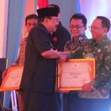 Bupati Blitar Rijanto saat menerima penghargaan dari Gubernur Jatim Soekarwo.(Ist)