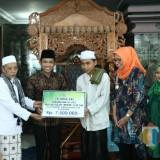Bupati dan wakil bupati Lumajang menyerahkan beasiswa untuk Hafidz Abdullah. (Foto: Humas Pemkab Lumajang)