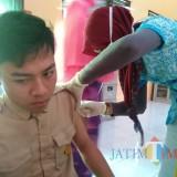 Imunisasi difteri ORI di SMK YP-17 Malang. (foto: Imarotul Izzah/Malang Times)
