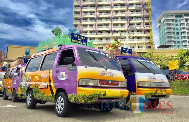 Angkutan gratis yang akan mengantarkan wisatawan ke seluruh wisata Jatim Park Group terparkir di terminal pusat Jatim Park 3. (Foto: Irsya Richa/MalangTIMES)