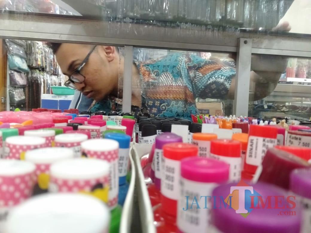 Petugas dari Dinkes saat memeriksa kutek di salah satu toko kesmetik (foto : joko pramono/Jatimtimes)