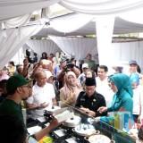 Wali Kota Malang, Sutiaji (kenakan kopiah dan kacamata) didampingi istri saat meninjau beberapa olahan makanan dan jajanan pasar di Pasar Besar belum lama ini (Pipit Anggraeni/MalangTIMES).