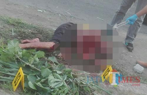 Korban Barno tewas di pinggir jalan setelah lari. / Foto : Anang Basso / Tulungagung TIMES