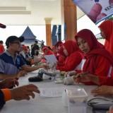 Salah seorang peserta kegiatan Hari Diabetes sedang memeriksakan kadar gula darahnya secara gratis. (Foto:Meidian Dona Doni/BlitarTIMES)