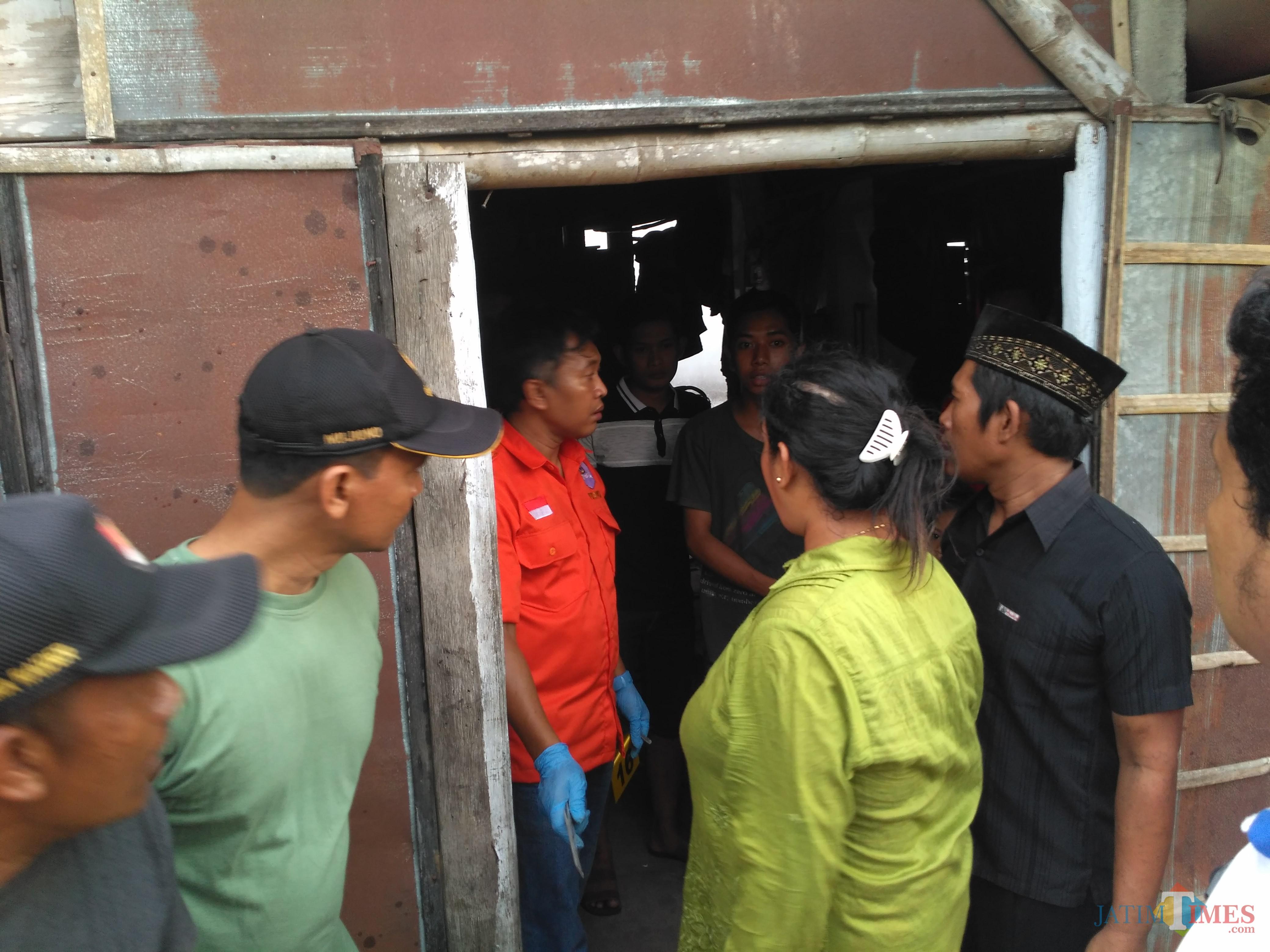 Keluarga berkumpul di dapur milik korban pasca pembunuhan, mereka minta pelaku di hukum seberat-beratnya / Foto : Anang Basso / Tulungagung TIMES