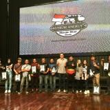 Para pemenang Journalism Competition 2018 Carnevil berfoto bersama staf ahli Holding Jatim Park Group Rio Sendjojo (tengah) di panggung Gangster Town Museum Angkut, Sabtu (17/11/2018). (Foto: Irsya Richa/MalangTIMES)