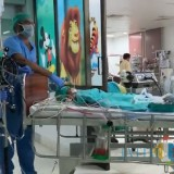 Nabila saat keluar dari ruang operasi untuk dipindah ke ICU. (Foto: Niken AMS/JatimTIMES)