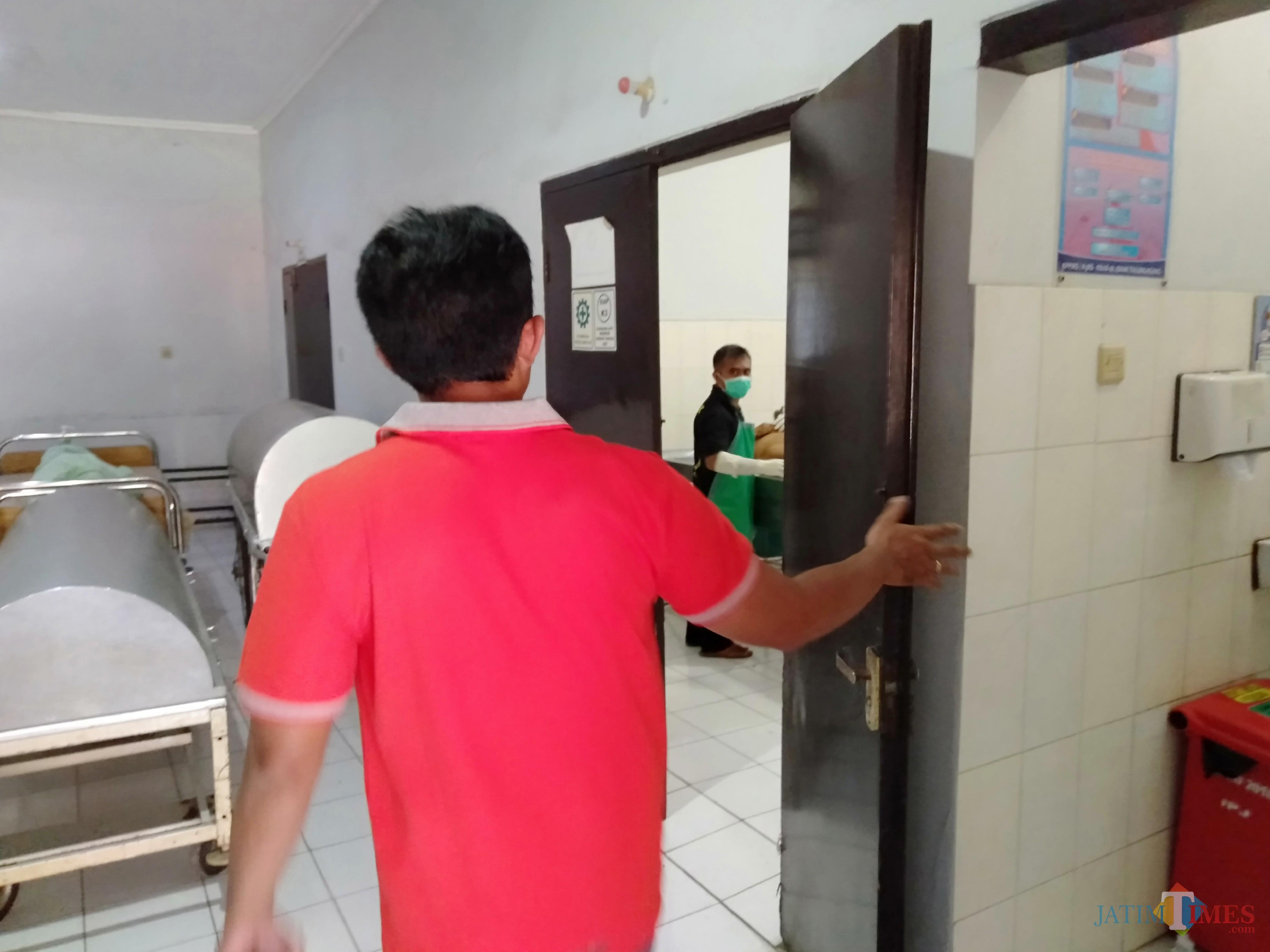 Petugas saat lakukan autopsi pada kedua jasad korban tragedi Bangoan (foto : Joko Pramono/Jatimtimes)