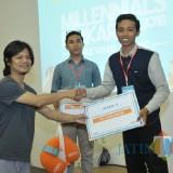 Arif Budairi (kanan) saat menerima penghargaan juara IV Lomba Infrastruktur sosial
